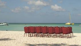 Zeitspanne Einstellung von Stühlen auf einem Strand stock video footage