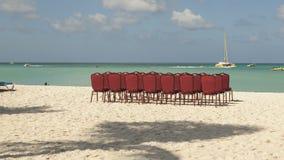 Zeitspanne Einstellung von Stühlen auf einem Strand stock footage