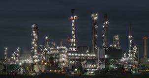 Zeitspanne-Erdölraffineriewasserreflexion nachts zum Tag, 5K stock video