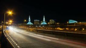 Zeitspanne-Film der langen Belichtungs-Autobahn-Ampel schleppt in im Stadtzentrum gelegenem Portland Oregon nachts 1080p stock footage