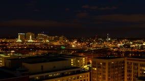 Zeitspanne-Film des Autobahn-Verkehrs von der blauen Stunde in Nacht über im Stadtzentrum gelegener Stadt von Portland Oregon UHD stock video footage