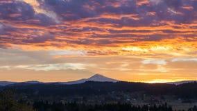 Zeitspanne-Film des bunten Sonnenaufgangs und bewegliche Wolken über Stadt des glücklichen Tales mit Berg-Haube in Oregon-Nahaufn stock video footage