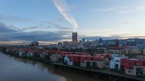 Zeitspanne-Film von beweglichen Wolken über im Stadtzentrum gelegenen Stadt-Kondominium-Wohnungen und Bürogebäuden entlang Willam stock video