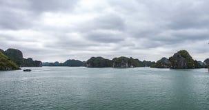 Zeitspanne in Halong-Bucht mit Kamerabewegung Ein Wunder der Natur in Vietnam stock video