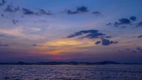 Zeitspanne 4K UHD des Sonnenunterganghimmels in Si-Chang-Insel (digitaler Zoom heraus) stock video