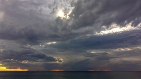 Zeitspanne Landschaft am Sonnenuntergang und an Wolke, die sich bewegen, bevor Sturm kommt stock video footage