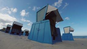 Zeitspanne-leere blaue überdachte Stühle auf Strand stock footage