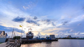 Zeitspanne, Pier und Hafen nahe Chao Praya River und Wasserverkehrstransport von Tag zu Nacht stock video
