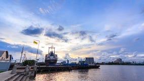 Zeitspanne, Pier und Hafen nahe Chao Praya River und Wasserverkehrstransport von Tag zu Nacht stock video footage