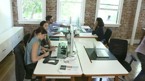 Zeitspanne-Reihenfolge von Arbeitskräften an den Schreibtischen im Konstruktionsbüro stock video