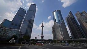 Zeitspanne, Shanghai-Verkehr, Wolkenkratzer u. Orient-Perle Fernsehturm stock video
