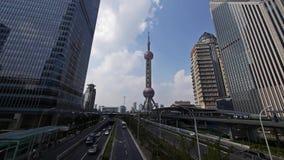 Zeitspanne, Shanghai-Verkehr, Wolkenkratzer u. Orient-Perle Fernsehturm stock footage