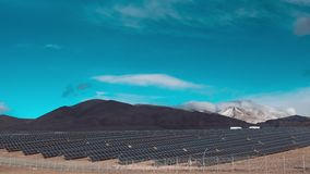 Zeitspanne, Sonnenkollektoren öffnen sich, nah, während Wolken vorbei gleiten Wolken bewegen sich in die Oberteile Schnee-mit ein stock footage