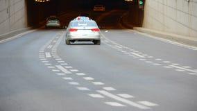 Zeitspanne Stadt-Verkehr; Autos, die zu einem Tunnel vorangehen stock video