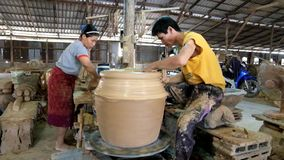 Zeitspanne, talentierter Handwerker und seine Assistenzarbeiten über clayed Topf in der Tonwarenindustrie von Ratchaburi-Provinz stock video