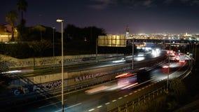 Zeitspanne, timelapse, Zeitversehen des Landstraßenverkehrs nachts Autobahn A-49 Sevilla, Spanien Dezember 2018 stock video
