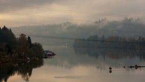 Zeitspanne UHD 4k von beweglichen Wolken und von Nebel über Willamette-Fluss in Oregon-Stadt stock video