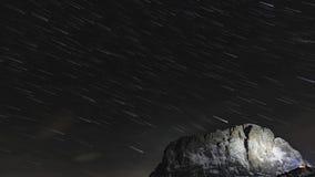 Zeitspanne und Sternspuren über der Spitze des Berges stock video footage