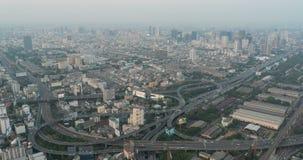 Zeitspanne Vogelperspektiveeilweise des Sonnenuntergang-4K beschäftigte Staulandstraße des starken Verkehrs der Bangkok-StadtHaup stock footage