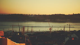 Zeitspanne vom Hoch oben des Einbruchs der Nacht auf Hafen in Lissabon stock video