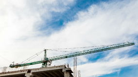 Zeitspanne vom niedrigen Winkel des Baukranes und der beweglichen Wolken stock video footage