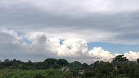 Zeitspanne von beweglichen dunklen Wolken und von blauem Himmel vor Regen stock video footage