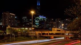 Zeitspanne von Chicago-Westschleifen-Verkehrsstadtbild nachts Straße in Illinois stock video