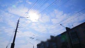 Zeitspanne von cloudscape mit dem hellen Sonnenschein, der mit dem Wolkenüberschreiten scheint stock video footage