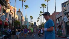 Zeitspanne von den Leuten, die auf Hollywood Boulevard an Hollywood-Studios in Walt Disney World-Bereich gehen stock footage