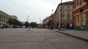 Zeitspanne von den Leuten, die auf Quadrat gehen und Straße handeln in der europäischen Stadt stock video footage