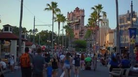 Zeitspanne von den Leuten, die auf Sunset Boulevard gehen und von Mann, der Disney-Ballone an Hollywood-Studios verkauft stock video