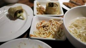 Zeitspanne von den Leuten, die Lebensmittel auf Tabelle essen stock footage