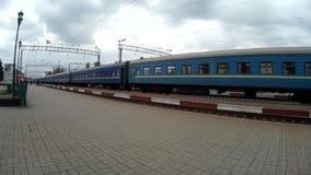 Zeitspanne von den Passagieren, die in Züge am Bahn-stantion ausschiffen und einsteigen stock video