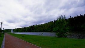 Zeitspanne von den Sturmwolken, die über einem See und einem Wald an einem Park sich bilden stock footage