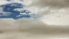Zeitspanne von drastischem erhellen Wolken fliegen vorbei stock video footage