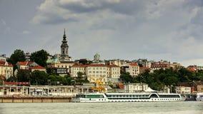 Zeitspanne von drastischen beweglichen Wolken über Belgrads Altstadt stock video