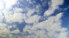 Zeitspanne von Kumuluswolken gegen einen blauen Himmel stock footage