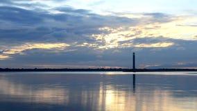 Zeitspanne von schönen Wolken an der Dämmerung mit Leuchtturm stock video footage