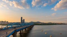 Zeitspanne von Seoul-Stadtskylinen bei dem Dongjak Brücke und Fluss Han in Seoul, Südkorea stock video footage