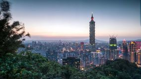 Zeitspanne von Taipeh, Taiwan Stadtskyline in der Dämmerung stock footage