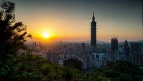 Zeitspanne von Taipeh, Taiwan Stadtskyline in der Dämmerung stock video