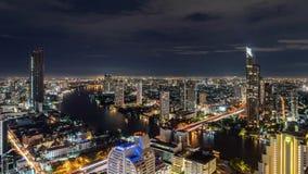 Zeitspanne von Taksin-Brücke bei Chao Phraya River in Bangkok-Stadt nachts, Thailand stock video footage