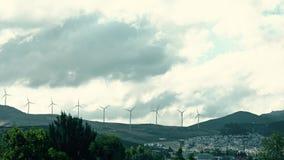 Zeitspanne von Windgeneratoren im Berggebiet von Spanien Produktion der erneuerbaren Energie stock video