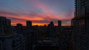 Zeitspanne von Wolken über im Stadtzentrum gelegenem Vancouver BC von der blauen Stunde in Sonnenaufgang UHD stock video footage