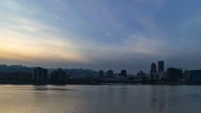 Zeitspanne von Wolken über Portland- ODER Stadtskylinen vom Sonnenuntergang in blaue Stunde UHD stock video footage