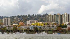 Zeitspanne von Wolken über Wohnheimen und Kondominien in im Stadtzentrum gelegenem Portland ODER entlang Willamette-Fluss 4k stock footage