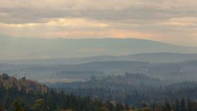 Zeitspanne von Wolken und Sonnenstrahlen über Oregon gestalten Herbstsaison bei Sonnenuntergang 4k landschaftlich stock video footage