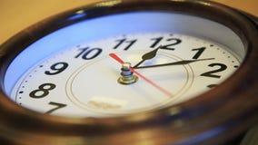 Zeitspanne Zeit fliegt Zeit läuft schnell auf der Wanduhr symbolisierende schnelle Fliegen des Videos der Zeit stock footage