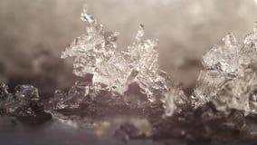 Zeitspanneabschluß herauf 4k schoss von der transparenten Eisschmelze in Wasser und in umgekehrtem stock footage