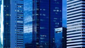 Zeitspanneabschluß oben am Wolkenkratzerbürogebäudetag zur Nacht stock video